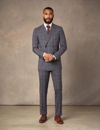 Cómo combinar: traje de tartán en gris oscuro, camisa de vestir blanca, zapatos derby de cuero marrónes, corbata burdeos