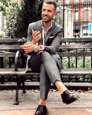 Cómo combinar: traje en gris oscuro, camisa de vestir de rayas verticales burdeos, zapatos derby de cuero en marrón oscuro, reloj plateado