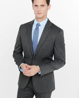 Cómo combinar: traje en gris oscuro, camisa de vestir celeste, corbata a lunares azul