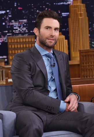 Cómo combinar: traje en gris oscuro, camisa de vestir celeste, corbata azul