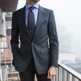 Cómo combinar: traje de rayas verticales en gris oscuro, camisa de vestir celeste, corbata estampada en gris oscuro, pañuelo de bolsillo de paisley en gris oscuro