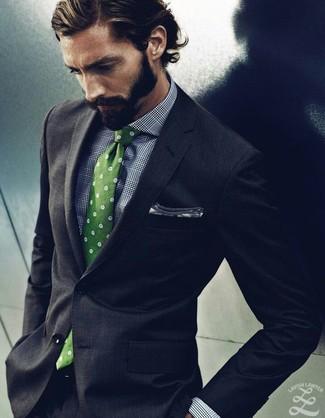 Cómo combinar: traje en gris oscuro, camisa de vestir de tartán en blanco y negro, corbata a lunares verde, pañuelo de bolsillo blanco