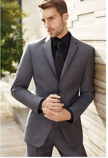 Cómo combinar un traje en gris oscuro con una camisa de