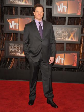 Cómo combinar: traje en gris oscuro, camisa de vestir violeta claro, botines chelsea de cuero negros, corbata morado