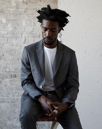 Cómo combinar: traje en gris oscuro, camiseta con cuello circular blanca, correa de cuero negra