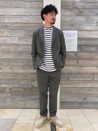 Cómo combinar un traje en gris oscuro: Si buscas un estilo adecuado y a la moda, considera ponerse un traje en gris oscuro y una camiseta con cuello circular de rayas horizontales en blanco y negro. Botas safari de ante en beige resaltaran una combinación tan clásico.