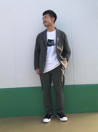 Cómo combinar un traje en gris oscuro: Haz de un traje en gris oscuro y una camiseta con cuello circular estampada en blanco y negro tu atuendo para después del trabajo. ¿Quieres elegir un zapato informal? Elige un par de zapatillas slip-on de lona en negro y blanco para el día.