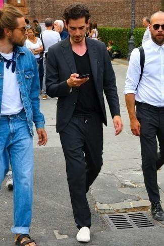 Cómo combinar una camiseta con cuello en v negra: Emparejar una camiseta con cuello en v negra junto a un traje en gris oscuro es una opción inigualable para un día en la oficina. ¿Quieres elegir un zapato informal? Complementa tu atuendo con zapatillas slip-on de lona blancas para el día.