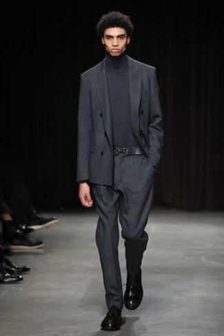 Cómo combinar: traje en gris oscuro, jersey de cuello alto en gris oscuro, zapatos derby de cuero negros