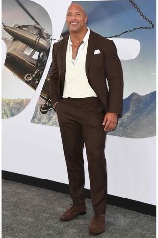 Look de moda: Traje en marrón oscuro, Camisa de manga larga blanca, Zapatos oxford de ante en marrón oscuro, Pañuelo de bolsillo blanco