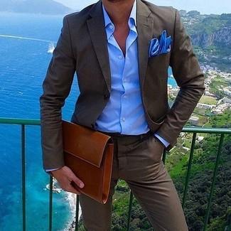Cómo combinar: traje en marrón oscuro, camisa de vestir azul, bolso con cremallera de cuero en tabaco, pañuelo de bolsillo azul
