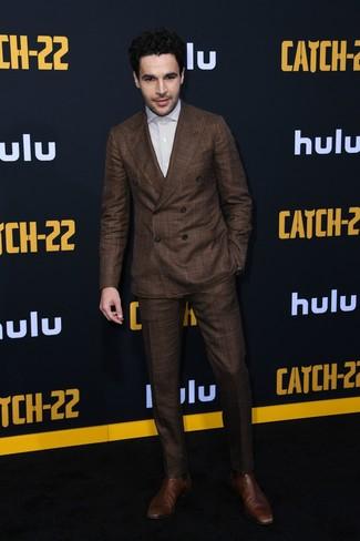 Look de Christopher Abbott: Traje en marrón oscuro, Camisa de vestir de rayas verticales blanca, Botines chelsea de cuero marrónes