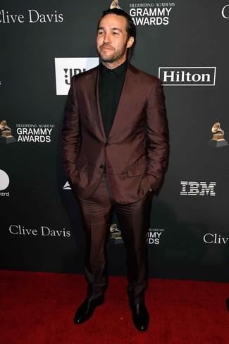 Cómo combinar: traje en marrón oscuro, camisa de vestir negra, botines chelsea de cuero negros