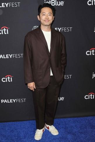 Cómo combinar: traje en marrón oscuro, camiseta con cuello circular blanca, tenis de cuero en beige
