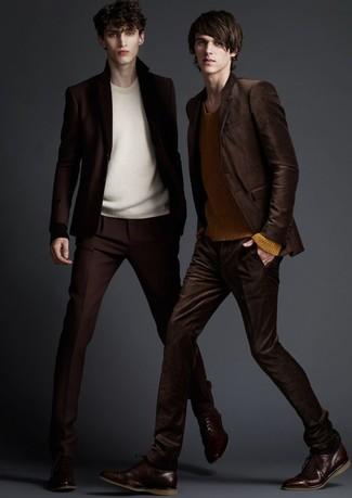Cómo combinar: traje en marrón oscuro, jersey con cuello circular en beige, zapatos oxford de cuero en marrón oscuro