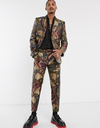 Cómo combinar: traje de brocado en multicolor, camisa de manga larga de seda negra, zapatos derby de cuero negros, calcetines negros
