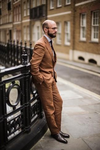 Cómo combinar unos zapatos con doble hebilla de cuero en marrón oscuro: Empareja un traje en tabaco junto a una camisa de vestir blanca para rebosar clase y sofisticación. Zapatos con doble hebilla de cuero en marrón oscuro resaltaran una combinación tan clásico.