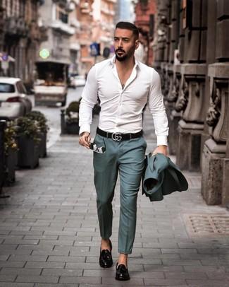 Cómo combinar: traje en verde azulado, camisa de manga larga blanca, mocasín con borlas de cuero negro, correa de cuero negra