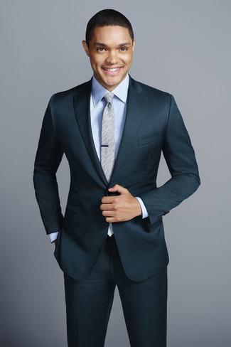 Cómo combinar: traje en verde azulado, camisa de vestir celeste, corbata gris