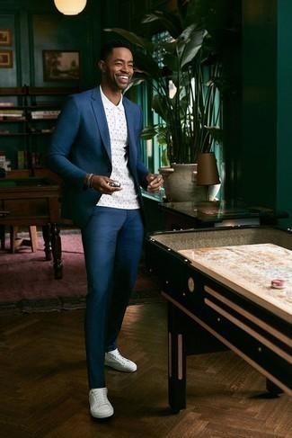 Cómo combinar un traje en verde azulado: Si buscas un look en tendencia pero clásico, intenta ponerse un traje en verde azulado y una camisa polo a lunares blanca. ¿Quieres elegir un zapato informal? Completa tu atuendo con tenis de lona blancos para el día.
