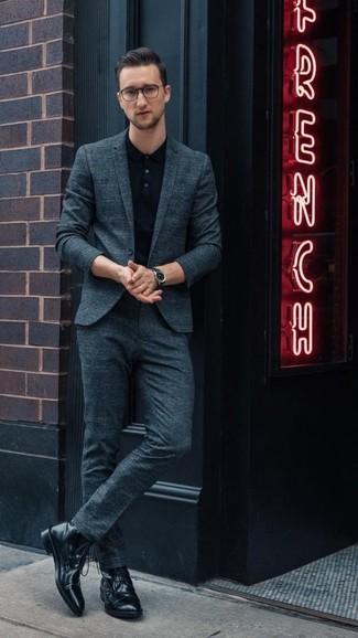 Cómo combinar: traje en verde azulado, camisa polo negra, botas casual de cuero negras, reloj de cuero negro