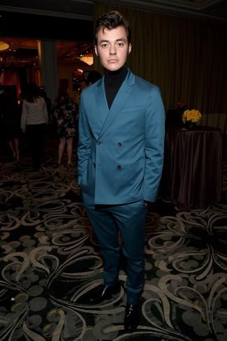Cómo combinar: traje en verde azulado, jersey de cuello alto negro, mocasín de cuero negro