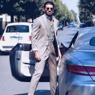 Cómo combinar: traje gris, camisa de manga larga a lunares en blanco y negro, gafas de sol negras
