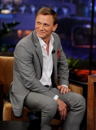 Look de Daniel Craig: Traje Gris, Camisa de Manga Larga Blanca, Pañuelo de Bolsillo Rojo