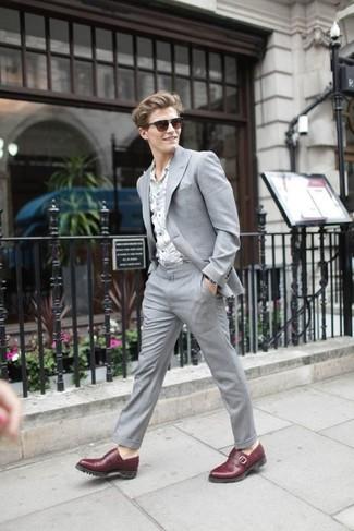 Cómo combinar: traje gris, camisa de manga larga con print de flores gris, zapatos con doble hebilla de cuero burdeos