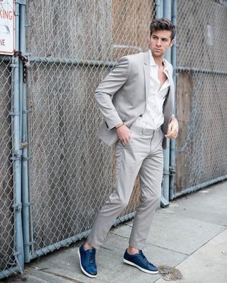 Cómo combinar: traje gris, camisa de manga larga estampada blanca, tenis de cuero azul marino