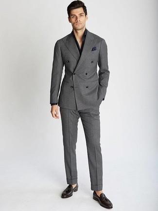 Cómo combinar un mocasín con borlas de cuero en marrón oscuro: Elige un traje gris y una camisa de vestir azul marino para rebosar clase y sofisticación. ¿Quieres elegir un zapato informal? Complementa tu atuendo con mocasín con borlas de cuero en marrón oscuro para el día.