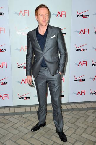 Cómo combinar: traje gris, camisa de vestir azul marino, zapatos brogue de cuero negros, pañuelo de bolsillo blanco