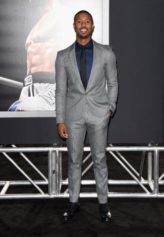 Cómo combinar: traje gris, camisa de vestir azul marino, zapatos oxford de cuero negros, corbata negra
