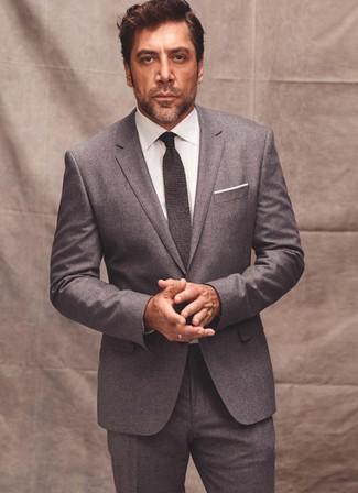 Cómo combinar: traje de lana gris, camisa de vestir blanca, corbata de punto en gris oscuro, pañuelo de bolsillo blanco