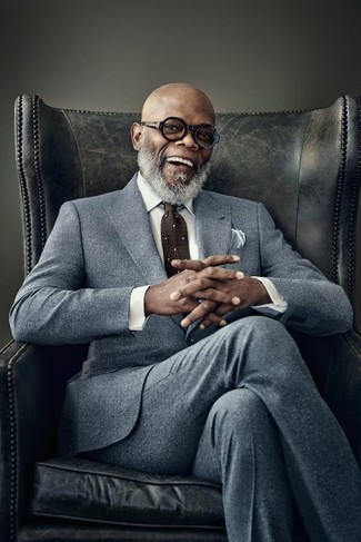 Cómo combinar: traje de lana gris, camisa de vestir blanca, corbata a lunares en marrón oscuro, pañuelo de bolsillo blanco
