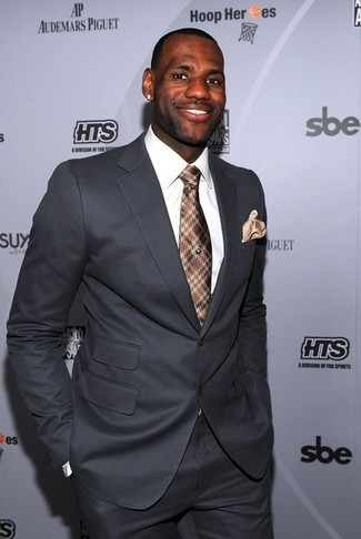 Cómo combinar: traje gris, camisa de vestir blanca, corbata de tartán marrón, pañuelo de bolsillo marrón claro
