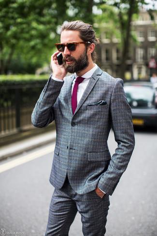 Cómo combinar: traje a cuadros gris, camisa de vestir blanca, corbata morado, pañuelo de bolsillo estampado verde oscuro