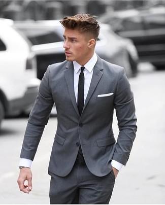 Cómo combinar un traje gris con una camisa de vestir en
