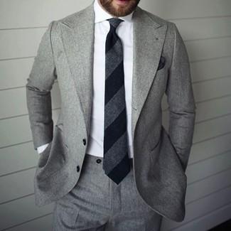 Look de moda: Traje gris, Camisa de vestir blanca, Corbata de rayas verticales negra, Pañuelo de bolsillo negro