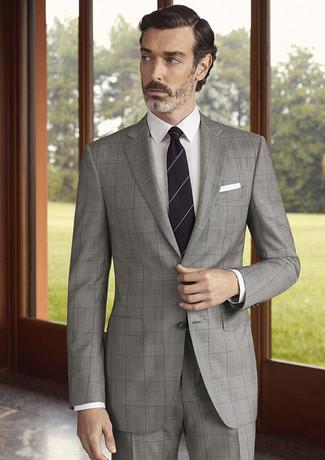 Cómo combinar: traje a cuadros gris, camisa de vestir blanca, corbata de rayas horizontales negra, pañuelo de bolsillo blanco