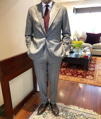 Cómo combinar: traje a cuadros gris, camisa de vestir blanca, zapatos derby de cuero en marrón oscuro, corbata burdeos