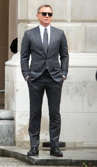 Look de Daniel Craig: Traje Gris, Camisa de Vestir Blanca, Zapatos Derby de Cuero Negros, Corbata Gris