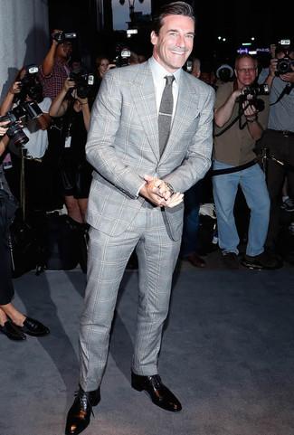 Cómo combinar: traje de tartán gris, camisa de vestir blanca, zapatos oxford de cuero negros, corbata de punto gris
