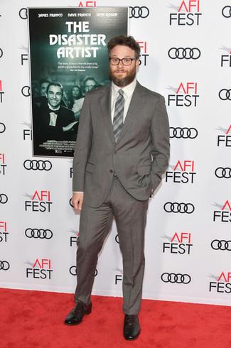 Cómo combinar: traje gris, camisa de vestir a cuadros blanca, zapatos oxford de cuero negros, corbata a cuadros gris