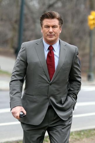 Cómo combinar: traje gris, camisa de vestir celeste, corbata burdeos