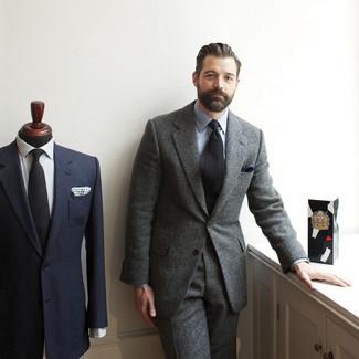 Cómo combinar: traje de lana gris, camisa de vestir celeste, corbata negra, pañuelo de bolsillo azul marino