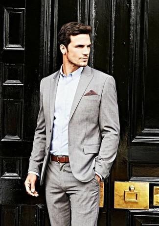 Cómo combinar: traje gris, camisa de vestir celeste, pañuelo de bolsillo de cuadro vichy burdeos, correa de cuero burdeos