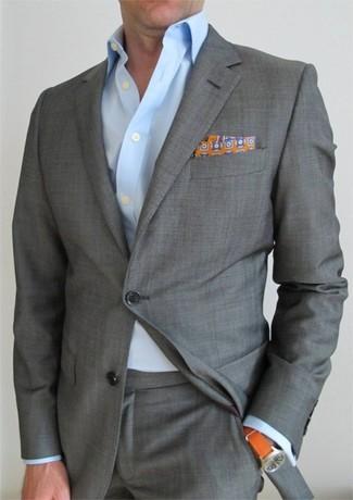 Cómo combinar: traje gris, camisa de vestir celeste, pañuelo de bolsillo estampado naranja, reloj naranja