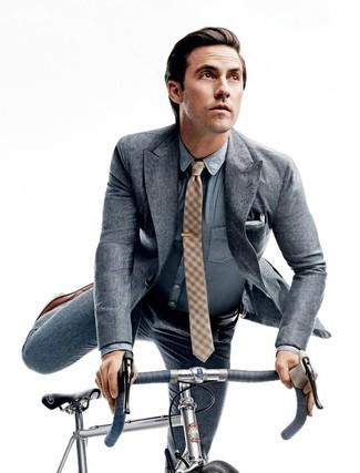 Cómo combinar: traje gris, camisa de vestir de cambray celeste, zapatos oxford de cuero marrónes, corbata a cuadros amarilla
