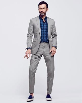 Cómo combinar una camisa de vestir de tartán azul marino: Utiliza una camisa de vestir de tartán azul marino y un traje gris para rebosar clase y sofisticación. ¿Quieres elegir un zapato informal? Complementa tu atuendo con zapatillas slip-on de ante azul marino para el día.